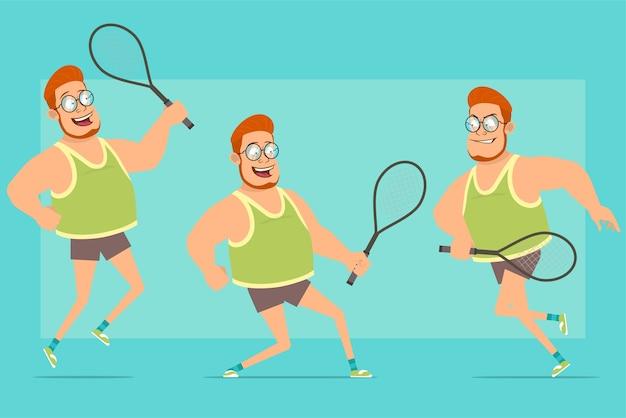 Postać z kreskówki płaskie śmieszne rude grubego chłopca w okulary, podkoszulek i szorty. chłopiec skacze, bieganie i gra z rakietą tenisową.