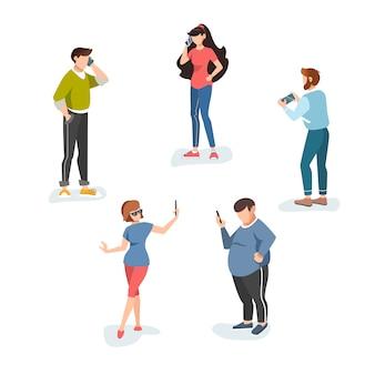 Postaci z kreskówek płci męskiej i żeńskiej na białym tle. mężczyźni i kobiety używający telefonów komórkowych (telefony komórkowe).