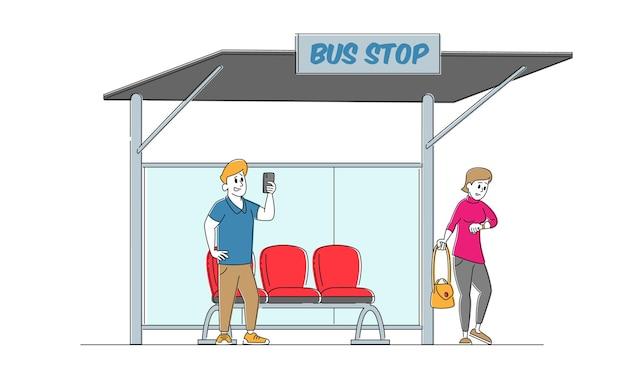 Postacie mieszkańców na dworcu autobusowym