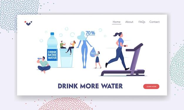Postacie piją wodę, aby pozostać nawodnionym szablon landing page. malutkich ludzi w ogromnej butelce i kieliszku z pure aqua. kobieta ćwicząca na bieżni. kontrola wagi, piękno. ilustracja kreskówka wektor