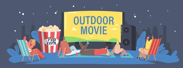 Postacie spędzają noc z przyjaciółmi w kinie na świeżym powietrzu. ludzie oglądający film na dużym ekranie z nagłośnieniem. kino na świeżym powietrzu na podwórku domu lub koncepcji parku miejskiego. ilustracja kreskówka wektor