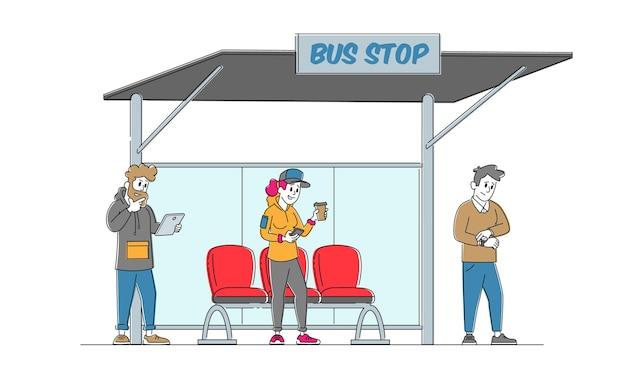 Postacie stoją na dworcu autobusowym