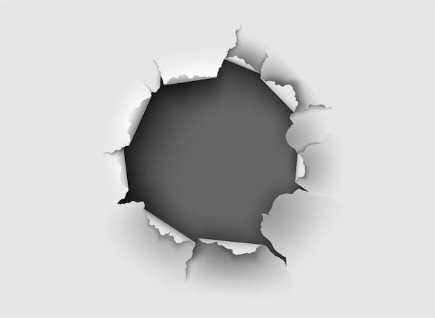 Poszarpana dziura rozdarta w zgrywanie papieru na tle