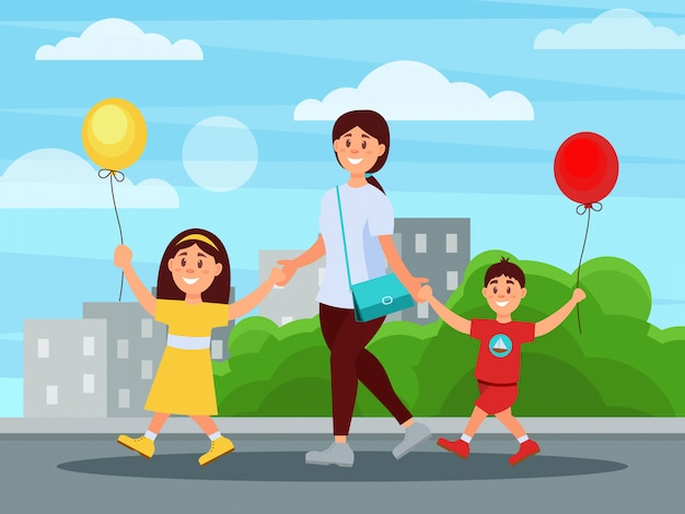 Potomstwa matkują odprowadzenie w parku z jej dziećmi. budynki i krzewy w tle. chłopiec i dziewczynka gospodarstwa balony w ręce. rodzinny dzień. szczęśliwe dzieciństwo. mieszkanie