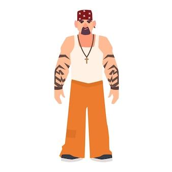 Poważny brodaty mężczyzna z tatuażami. osoba podejrzana, kryminalna lub aresztowana w mundurze więźnia. zatrzymany w więzieniu, więzieniu, areszcie