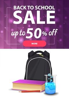Powrót do sprzedaży szkolnej, pionowy baner internetowy ze zniżkami na twoją stronę z wielokątną teksturą i plecakiem szkolnym,