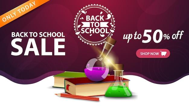 Powrót do sprzedaży szkolnej, różowy szablon baneru internetowego z przyciskiem, książkami i kolbami chemicznymi