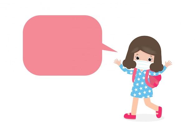 Powrót do szkoły dla nowej koncepcji normalnego stylu życia, mała dziewczynka z gadającymi bąbelkami i nosząca chirurgiczną maskę ochronną