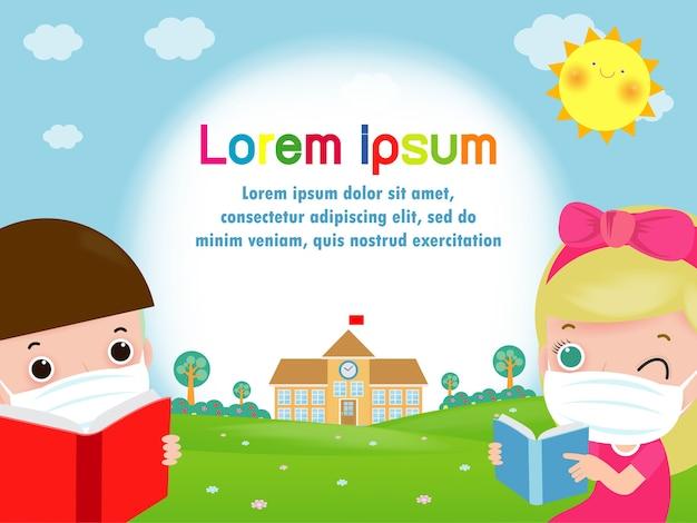 Powrót do szkoły dla nowej koncepcji normalnego stylu życia. szczęśliwe dzieci i książka w masce na twarz i dystans społeczny chronią koronawirusa covid 19, dzieci i przyjaciele chodzą do szkoły na białym tle