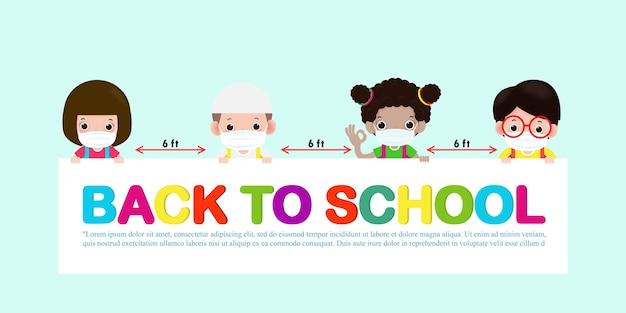 Powrót do szkoły dla nowej koncepcji normalnego stylu życia. szczęśliwe dzieci noszące maskę i dystans społeczny chronią koronawirusa covid 19, grupa dzieci i przyjaciół trzymających szyld na białym tle na tle