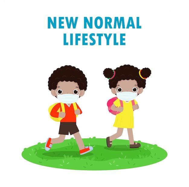 Powrót do szkoły na nową koncepcję normalnego stylu życia, czarne dzieci idące do szkoły i noszące chirurgiczną ochronną maskę medyczną zapobiegającą koronawirusowi lub covidowi 19 na białym tle