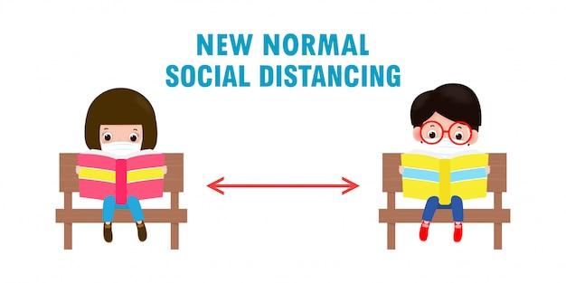 Powrót do szkoły na nową koncepcję normalnego stylu życia, dystans społeczny, słodkie dzieci w maskach siedzących na ławce i czytający książkę, aby zapobiec koronawirusowi lub covidowi 19 na białym tle