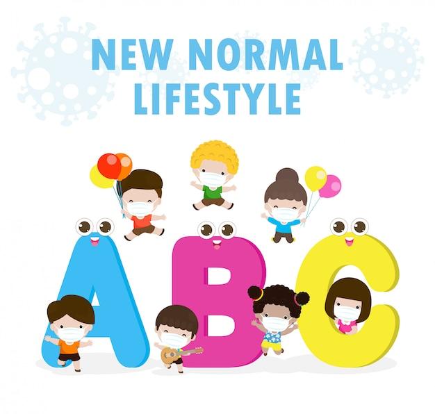 Powrót do szkoły na nową koncepcję normalnego stylu życia, litery abc maskotki i grupy dzieci noszących chirurgiczną ochronną maskę medyczną zapobiegającą koronawirusowi lub covid-19, opieka zdrowotna na białym tle