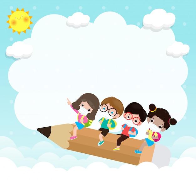 Powrót do szkoły na nową koncepcję normalnego stylu życia. szczęśliwa grupa dzieci noszących maskę i dystans społeczny chroń koronawirusa covid-19, plakat dzieci jeżdżących na duży ołówek latający w szkole wektor