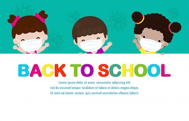 Powrót do szkoły na nową koncepcję normalnego stylu życia. szczęśliwe dzieci noszące maskę i dystans społeczny chroń koronawirusa covid 19, grupa dzieci posiadających duży szyld na białym tle na tle