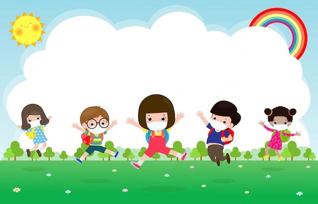 Powrót do szkoły na nową koncepcję normalnego stylu życia. szczęśliwe dzieci noszące maskę i dystans społeczny chronią koronawirusa covida 19