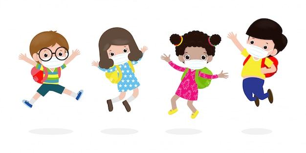 Powrót do szkoły na nową koncepcję normalnego stylu życia. szczęśliwe dzieci skoki na sobie maskę ochronną chronić corona wirusa lub covid 19, grupa dzieci i przyjaciół iść do szkoły na białym tle wektor