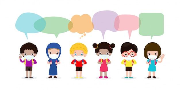 Powrót do szkoły, nowa koncepcja normalnego stylu życia, zestaw różnych dzieci i różnych narodowości z bąbelkami mowy i noszących chirurgiczną ochronną maskę medyczną zapobiegającą koronawirusowi lub covidowi 19