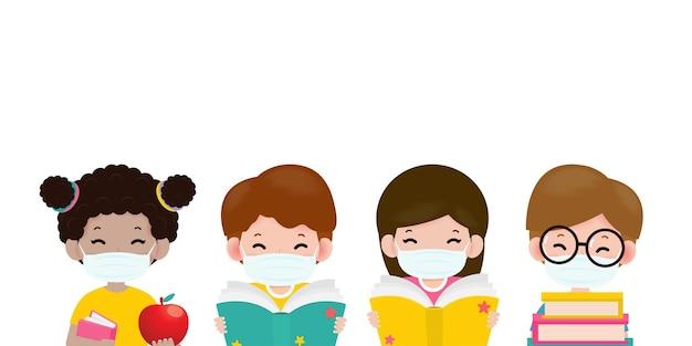 Powrót do szkoły po nową, normalną koncepcję mali chłopcy i dziewczynki w ochronnych maseczkach medycznych