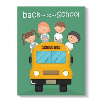 Powrót do szkoły. śliczni mali ucznie w autobusowej szkole