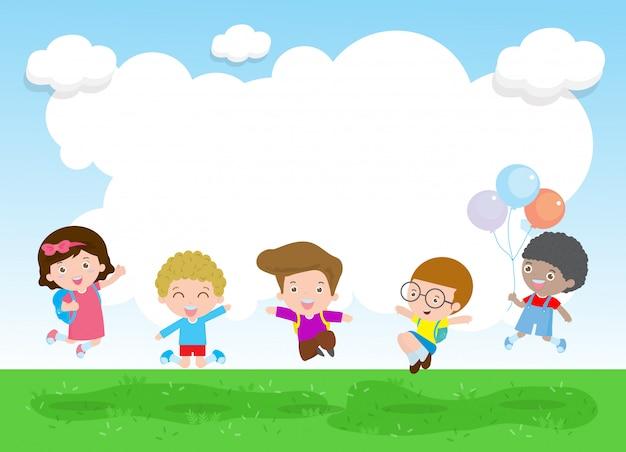 Powrót do szkoły szczęśliwe dzieci skaczą i tańczą w parku