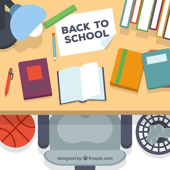 Powrót do szkoły w tle z pełnym biurku
