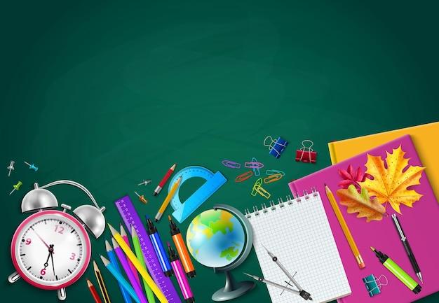 Powrót do szkoły zielone tło tablicy kredowej z ołówkami budzik glob zielnik zeszyty realistyczne