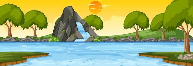 Pozioma scena leśna o zachodzie słońca z wodospadem