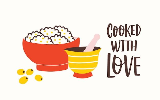 Poziomy szablon z moździerzem i tłuczkiem, miska ze smacznym jedzeniem i sloganem gotowane z miłością napisane odręcznie kursywą kaligraficzną czcionką