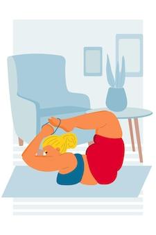 Pozytywna kobieta leży na brzuchu w pozycji jogi dhanurasana z łukiem asana gruba, pulchna dziewczyna