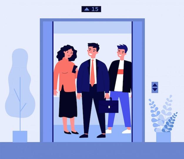 Pozytywni ludzie stojący na kabinie windy