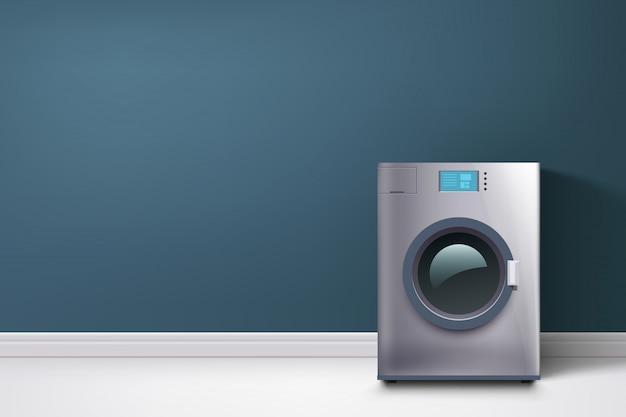 Prać w pralce przy niebieskiej ścianie