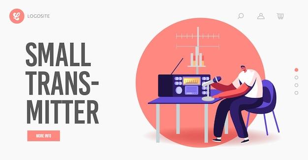 Praca postaci nad szablonem strony docelowej radia. mężczyzna amatorski charakter radiowy dj porozmawiaj z mikrofonem nadawanym na antenie i komunikuj się ze słuchaczami, nadajnikiem. ilustracja kreskówka wektor