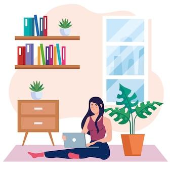Praca w domu, freelancer młoda kobieta siedzi na podłodze, pracuje w domu w spokojnym tempie, wygodne miejsce pracy