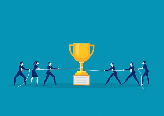 Praca zespołowa pociągnij linę z trofeum