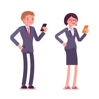 Pracownicy biurowi stojący ze smartfonami