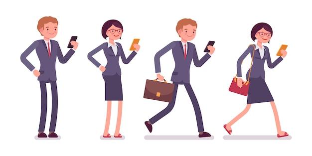Pracownicy biurowi ze smartfonami