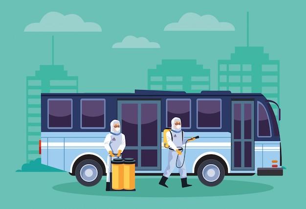 Pracownicy ds. bezpieczeństwa biologicznego dezynfekują autobus