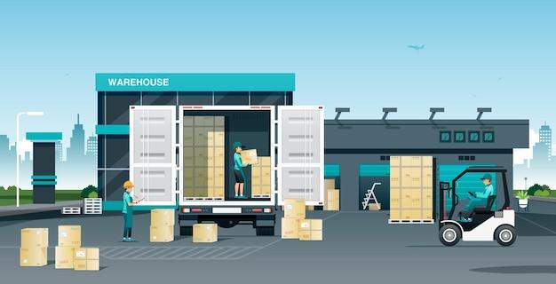 Pracownicy ładują towary na ciężarówki w magazynie