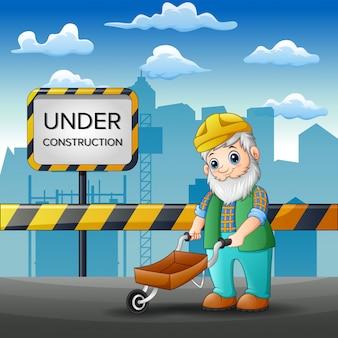 Pracownicy starzy ludzie naprawiają drogę miasta