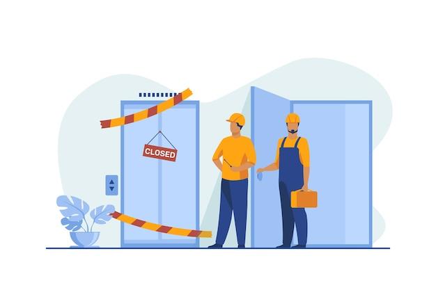 Pracownicy w kombinezonach stojący w pobliżu zepsutej windy. mechanicy, inżynierowie, technicy płaska ilustracja wektorowa. użyteczność publiczna, koncepcja usług
