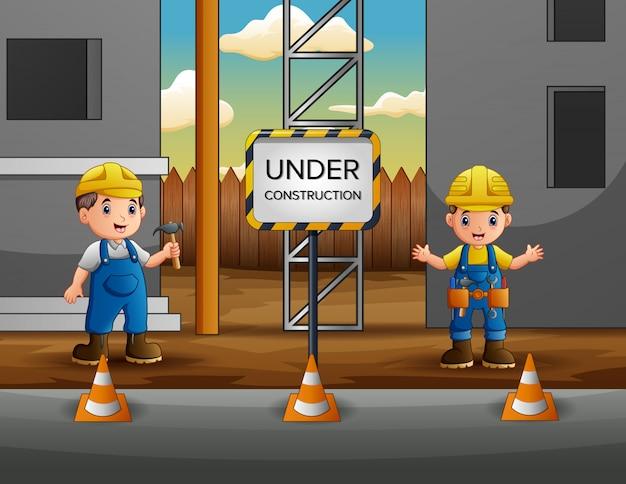 Pracownik budowlany z kierownikiem przy budową