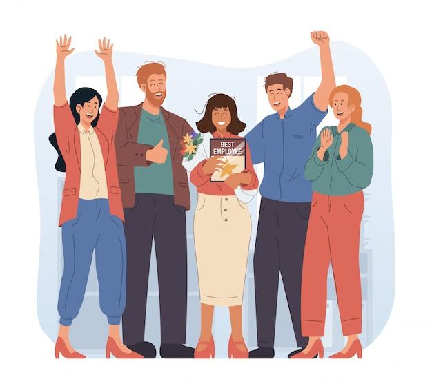 Pracownik miesiąca. pracownicy biurowi klaszczą w ręce i gratulują najlepszemu pracownikowi