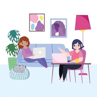 Pracując zdalnie, młode kobiety z laptopem na kanapie krzesło biurko miejsce pracy domu