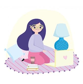 Pracująca zdalnie, młoda kobieta na podłodze z książkami na laptopa i lampą