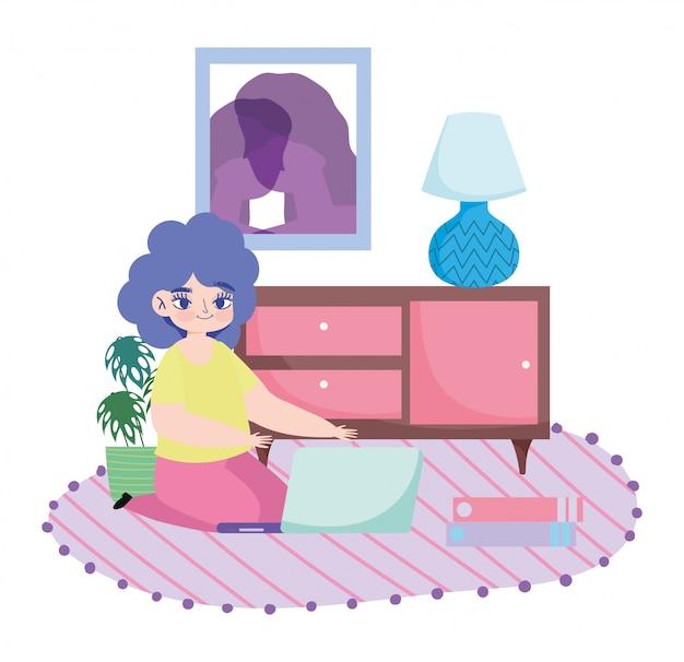 Pracująca zdalnie, młoda kobieta z laptopem i książkami na podłodze w pokoju