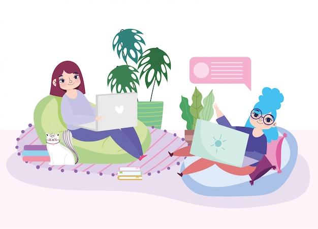 Pracujące zdalnie młode kobiety z laptopami w pokoju z krzesłami fasoli