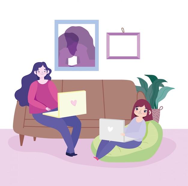 Pracujące zdalnie młode kobiety z laptopami w salonie rozkładanej sofy