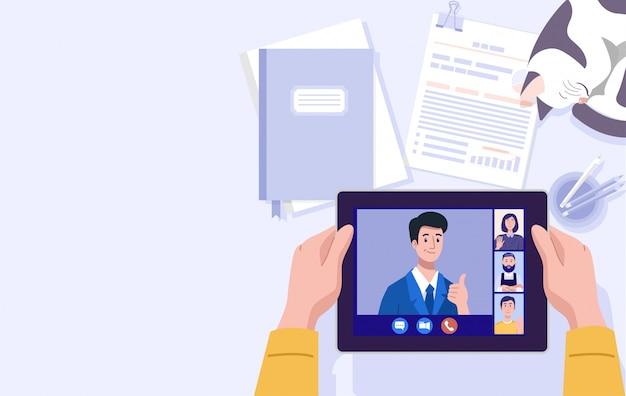 Pracuje od domu, ilustracja mężczyzna ma wideo konferencję na pastylce w domu.