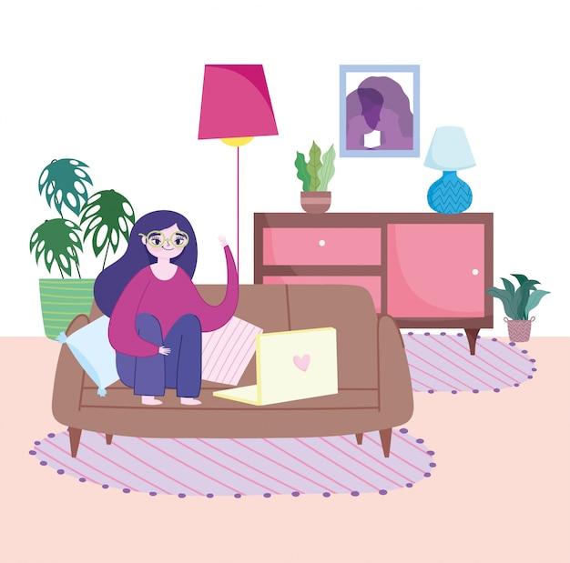 Pracuje zdalnie, młoda kobieta siedzi na kanapie z laptopem